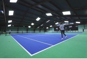 Unsere Tennishalle wurde im Herbst 2019 komplett renoviert. Wir haben u.a. einen neuen Gelenk schonenden premium Teppichboden und eine moderne LED-Beleuchtung bekommen.